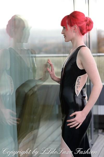 Kleid mit V-Ausschnitt und bodenlanger Schleppe
